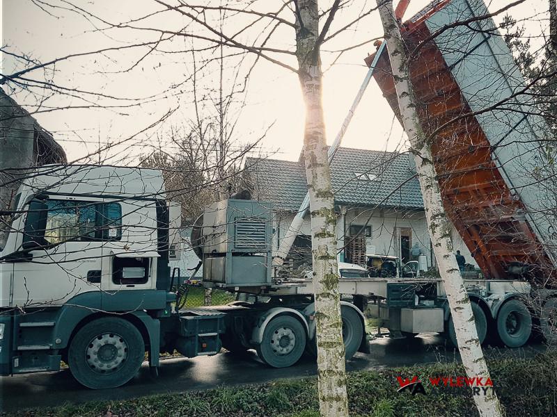 Ciężarówka wylewająca wylewkę na ogrzewanie podłogowe